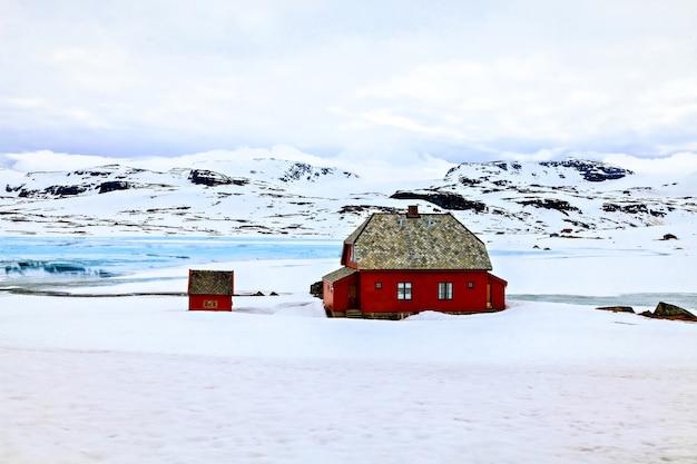 산에 빨간 농장 집
