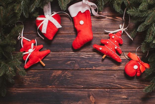 クリスマスのモミの木や壁の装飾のための赤いフェルトのおもちゃ、テキストの場所