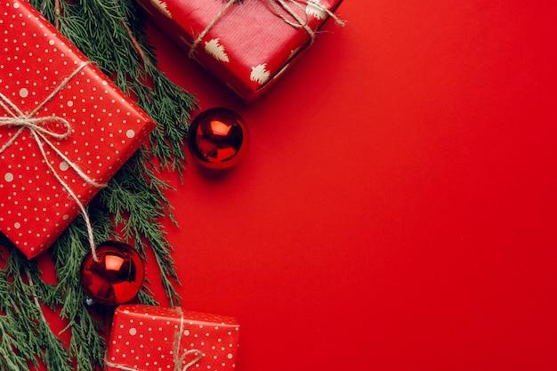 침엽수 가지, 복사 공간 붉은 축제 크리스마스 배경