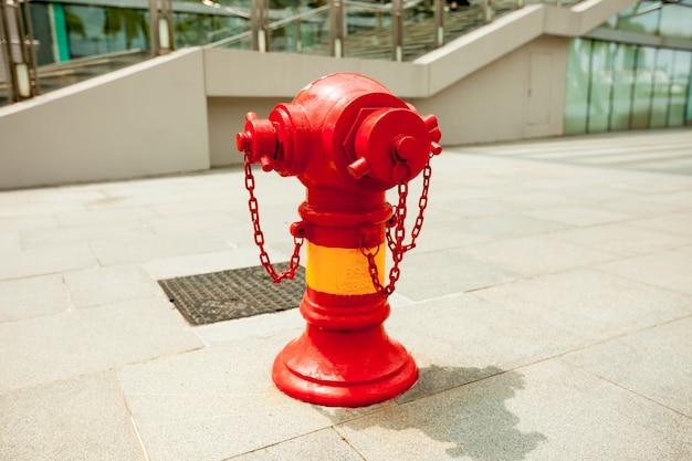 Красный пожарный кран в городе сингапур