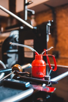 Красный огнетушитель на черной металлической трубе