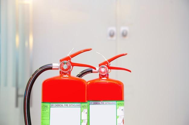 Красный бак огнетушителя в здании.