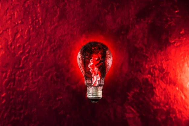 電球の赤い火。新しいアイデアのコンセプト。