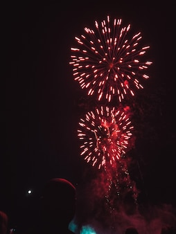Fuochi d'artificio rossi sul cielo notturno