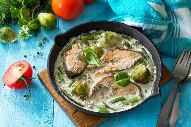 赤い魚と野菜の焼き芽キャベツはフライパンのクリームソースでインゲンを芽生えます