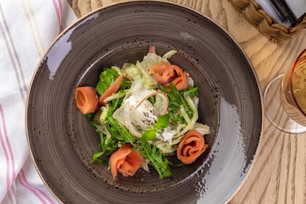 Полезный салат из красной рыбы с листьями салата-латука