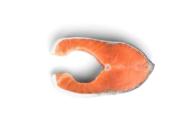 白い背景で隔離の赤い魚のステーキ(サーモンまたはマス)。上面図。
