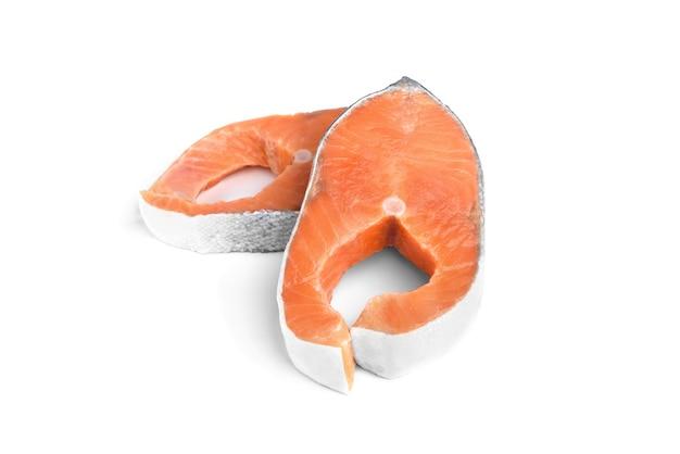白い背景で隔離の赤い魚のステーキ(サーモンまたはマス)。