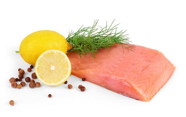 白い背景で隔離レモン、コショウ、パセリと赤い魚