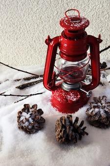 明るい背景に赤いフラッシュライトとクリスマスの装飾