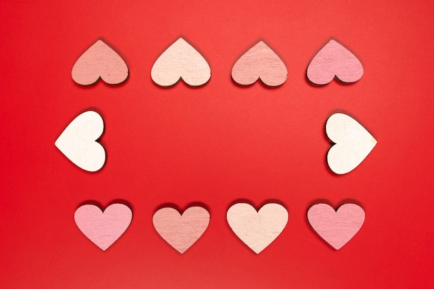 Красная плоская композиция с сердечками