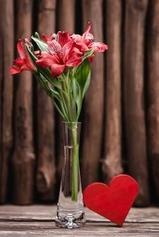 Красные цветы и красное сердце. 14 февраля концепт. день святого валентина.