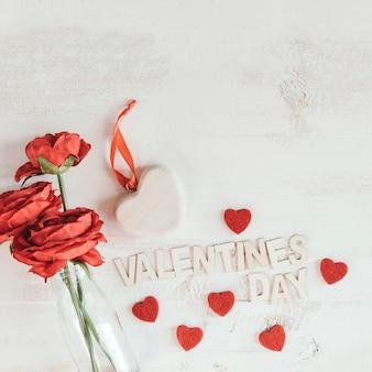 ハートとバレンタインデーのテキストと赤い花