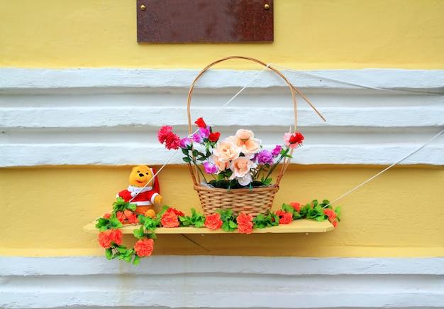黄色の壁に赤いflowerses