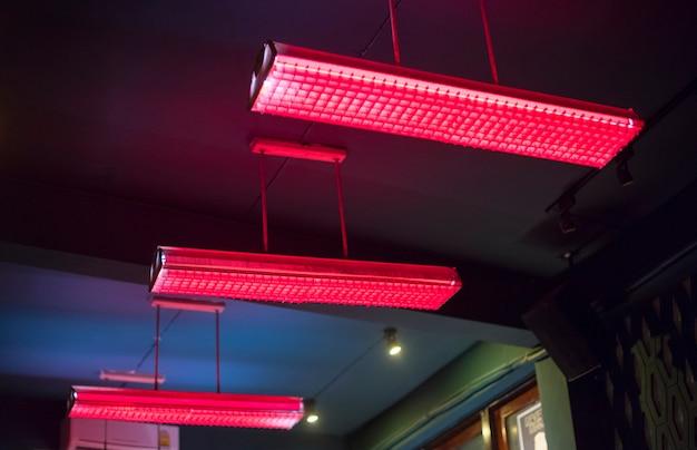 천장에 매달려 빨간 형광등