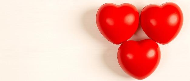 Красное пенопластовое сердце на белом фоне и сердечное здоровье