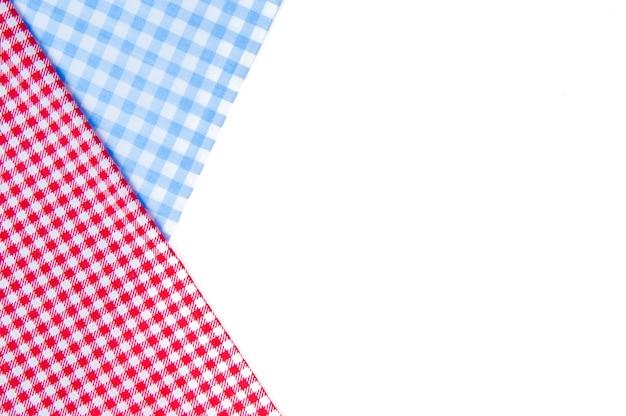 Красная скатерть для пикника, изолированные на белом