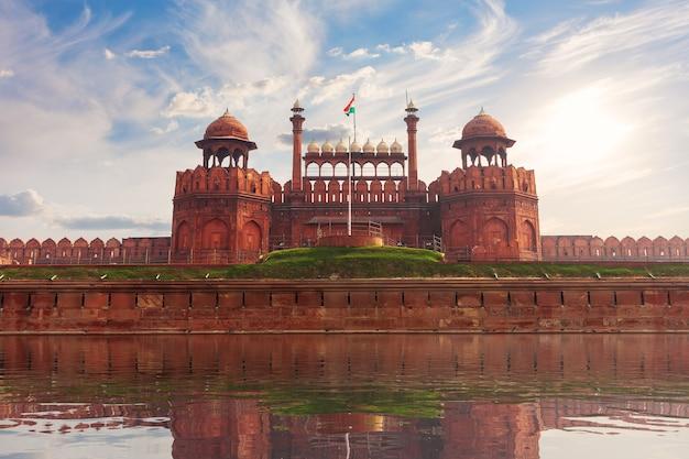 インドの赤い城、デリー、有名な要塞の晴れた日のビュービュー。