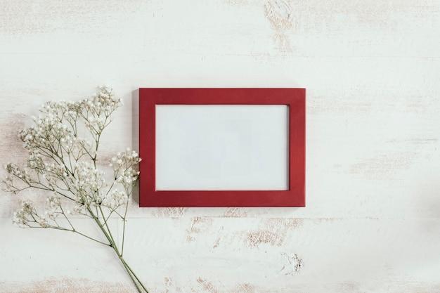 左に白い花と赤いフレーム