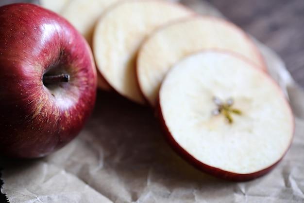 나무 질감의 식탁에 있는 빨간 신선한 사과