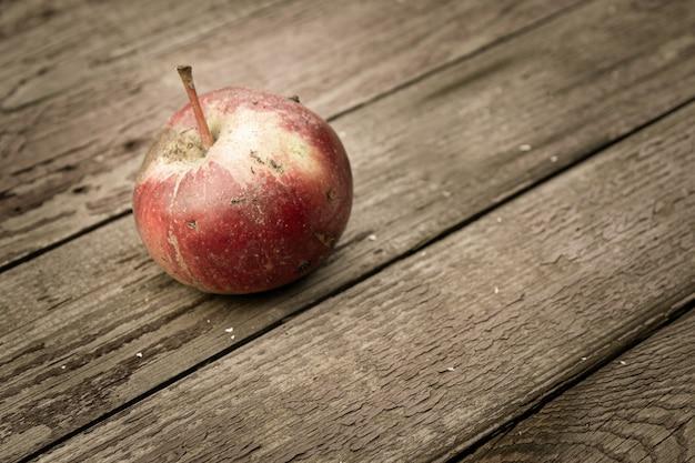 古い木の板に赤い新鮮なリンゴ。上面図。