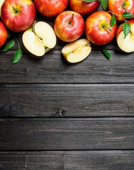 빨간 신선한 사과와 사과 조각.