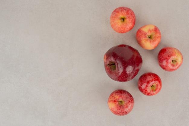 흰색 테이블에 빨간색, 신선한 사과입니다.