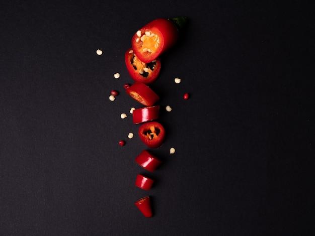 Красный свежий перец чили, изолированные на черном