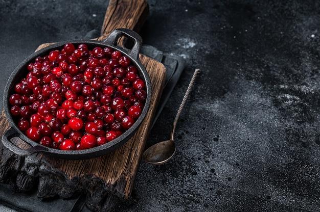 鍋に赤い新鮮なクランベリーベリー