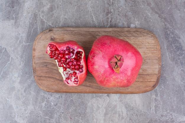 나무 보드에 붉은 신선한 석류.