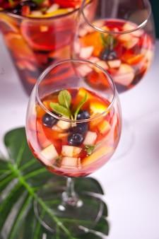 Красная свежая сангрия с фруктами и ягодами