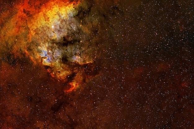 Красная галактика в глубоком космосе. элементы этого изображения предоставлены наса. фото высокого качества