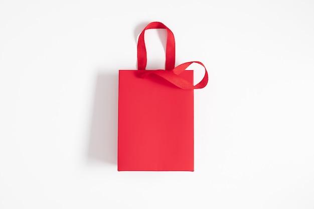 Красный подарочный пакет на белом фоне