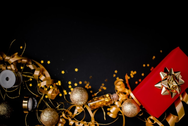 黒に金色の弓を持つ女性のための赤いギフトボックス