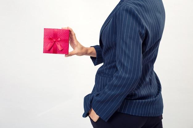 ビジネスの女性から赤いギフトボックス