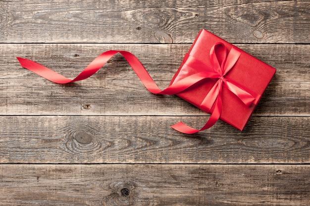 나무 배경에 빨간 선물 상자