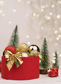 クリスマスツリーと金色の弓と赤いギフトボックス