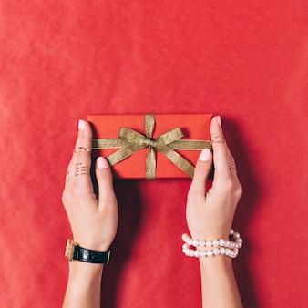 황금 리본을 가진 빨간 선물 상자입니다.