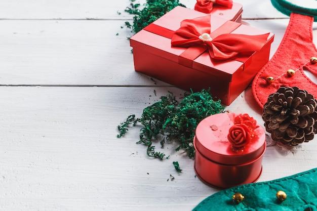 クリスマスの日の白い木の上の赤いギフトボックス