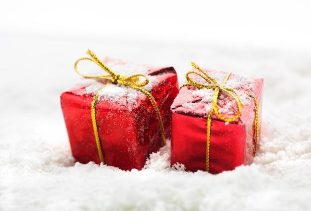 Красные подарочные коробки с белым снегом