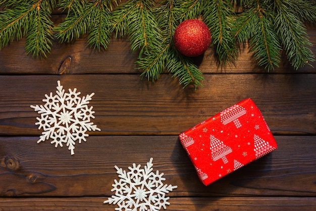 밝은 갈색 나무 바탕에 빨간색 선물입니다. 위에서 봅니다.