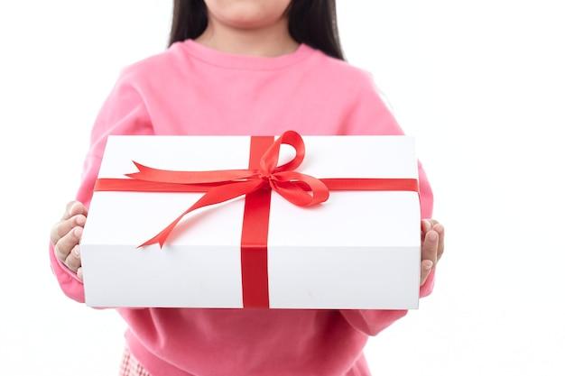 子供の手に弓が付いた赤い贈り物