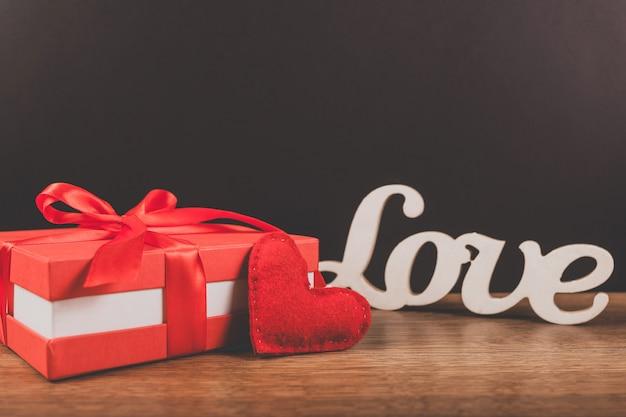 Красный подарок с сердцем и словом
