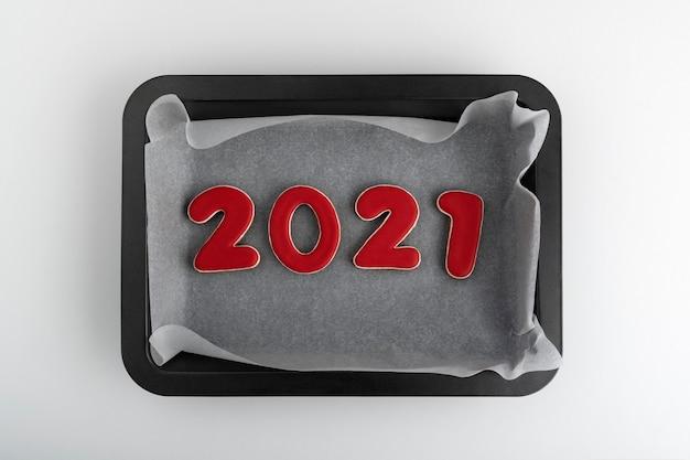 天板に赤いジンジャーブレッドクッキー2021。新年のクッキー。