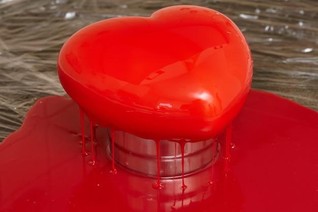 심장 모양의 빨간 유약 무스 케이크