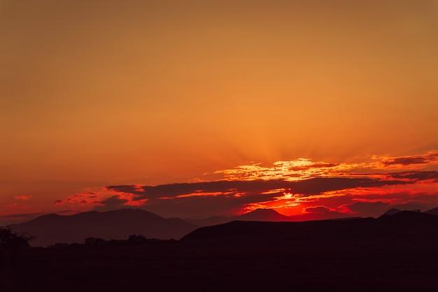 Красный золотой закат в равнинной местности