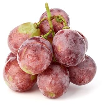 白い背景の切り欠きに分離された赤いブドウの果実の束