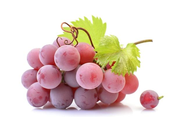 Красный виноград изолированные крупным планом