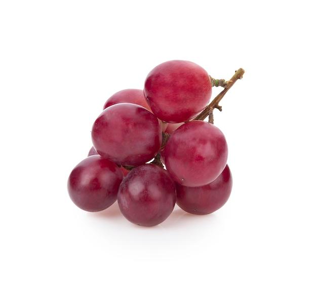 Красный виноград, изолированные на белом фоне.