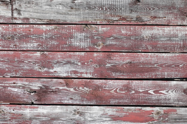 Красно серый деревянный фон. горизонтальные доски. старая краска отслаивается. старые доски. красная серая деревянная текстура worn покрашенной доски. красная серая деревянная текстура старой изношенной окрашенной доски